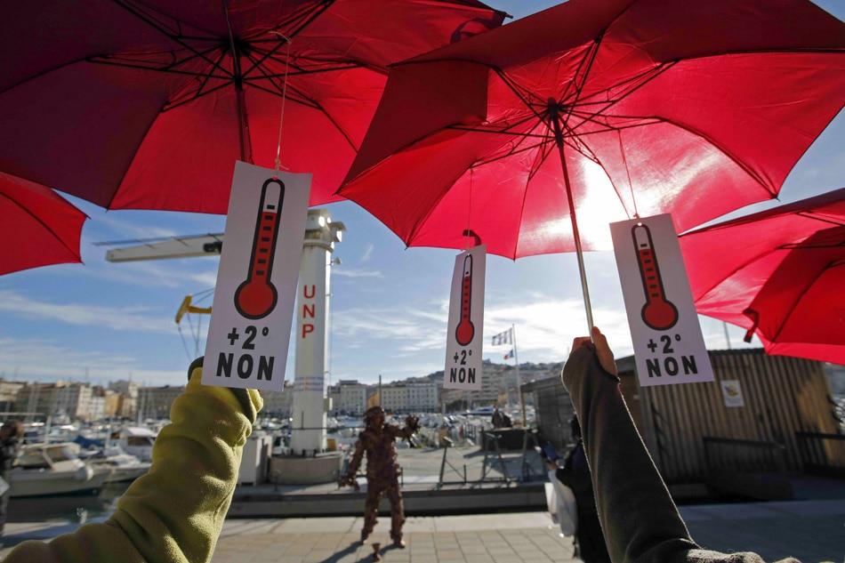 Environmentalists form human chain