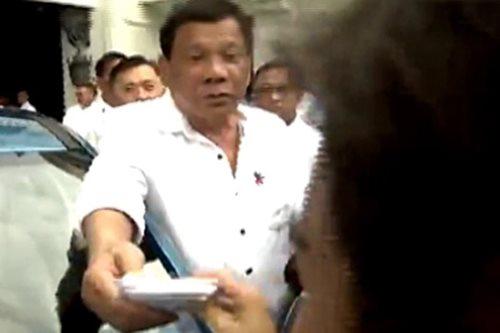WATCH: Duterte lends handkerchief to reporter