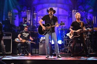 Aldean returns to stage with somber message on 'Saturday Night Live'