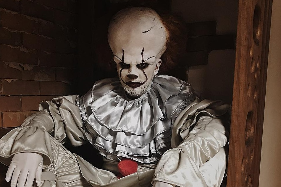 billy crawford becomes pennywise to scare it s showtime hosts