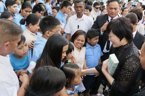 Akie Abe visits blind students