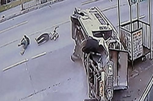 SAPUL SA CCTV: Jeepney, bumangga at tumagilid sa Quezon City
