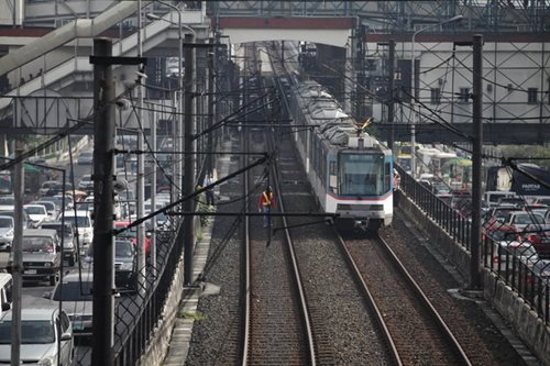 MRT has glitch again, unloads passengers