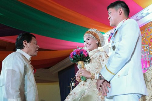 Cops who got engaged in front of Duterte tie knot