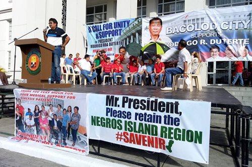 Top Negros officials join pro-Duterte rally