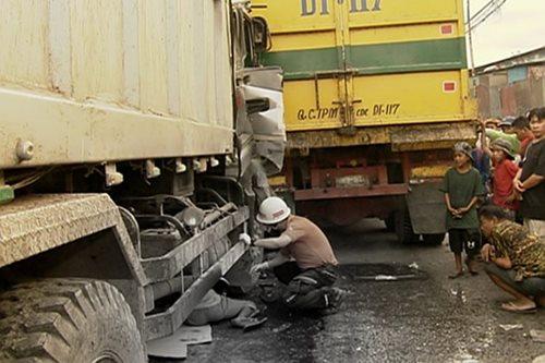Lalaki, patay nang maipit sa mga nagkarambolang truck