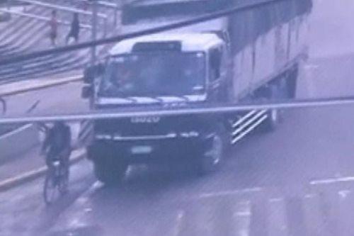 Sapul sa CCTV: Lalaking naka-bike, nagulungan ng trak