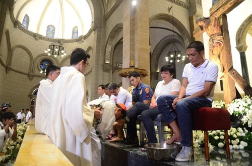 Cardinal Tagle leads Maundy Thursday rites