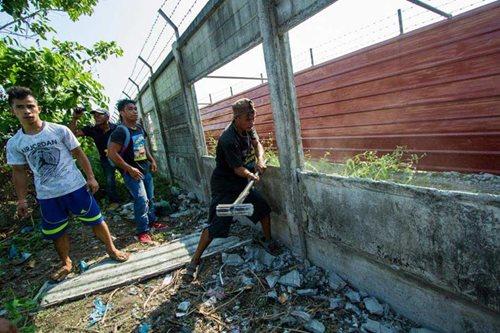 Farmers destroy Hacienda Luisita wall