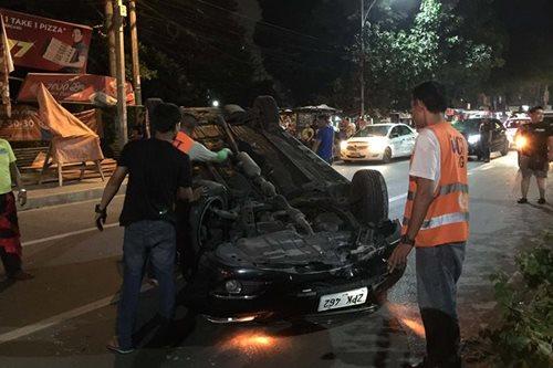 Kotse bumaliktad sa Quezon City