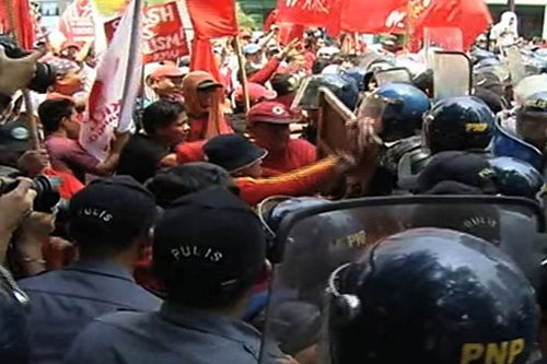 WATCH: Labor groups, police face off in Kalaw, Manila