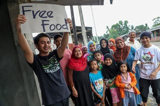 VIRAL: Family offers free food for fleeing Marawi residents