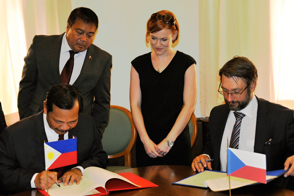 Philippines Signs Defense Agreement With Czech Republic