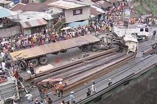 Mga biktima ng truck na nang-araro ng mga sasakyan, patuloy na ginagamot