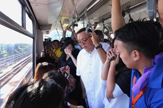 Harry Roque, sumakay sa MRT pero binatikos sa 'VIP treatment'