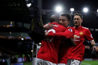 Man United stay in touch, Tottenham stumble again