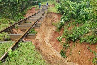 Riles ng tren sa Camarines Sur, gumuho dahil sa walang tigil na pag-ulan