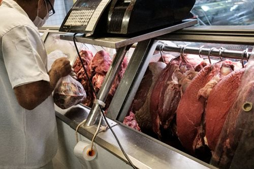 Gov't says some markets selling overpriced pork