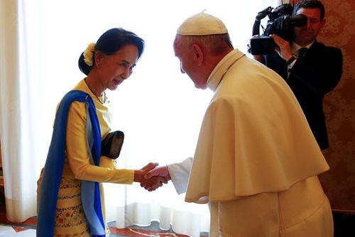 Pope Francis meets Suu Kyi