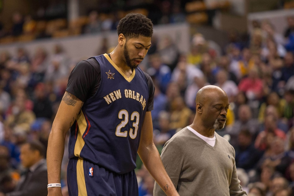 Pelicans star Anthony Davis helped to locker room after suffering groin injury