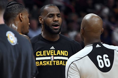 LeBron sits out Cleveland's season finale; Curry tops jersey sales anew
