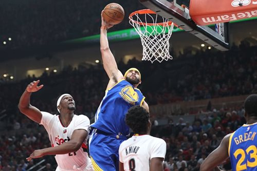 Warriors advance with rout of Trail Blazers