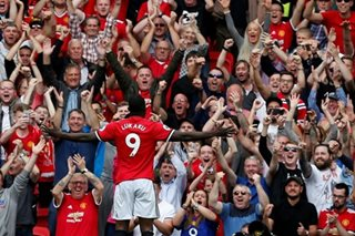 Lukaku hits double in United rout, Spurs also win