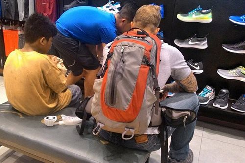 VIRAL: Foreigner buys new shoes for barefooted street kid