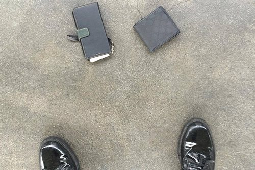 Honest airport police returns Korean's wallet, phone