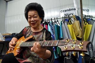 Lola gitarista ng Singapore, patok sa internet