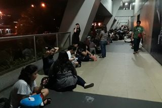 Fans ng K-pop group nag-camp out para sa VIP tickets