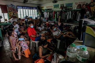 Mga lumikas dahil sa Mayon, siksikan sa evacuation center
