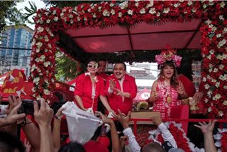 Erap, Imee give away goodies