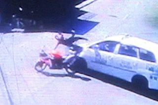 SAPUL sa CCTV: Pagsalpok ng motorsiklo sa taxi