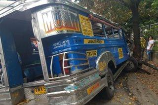 Jeep na nawalan ng preno sumalpok sa puno; 5 sugatan