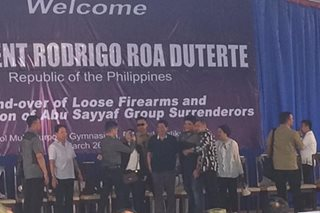 Local execs turn over 10-pct of loose firearms in Sulu to Duterte