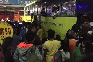 Bus terminal sa CDO, dinagsa; Ilang pasahero, sa bintana dumadaan