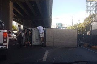 Trak tumagilid malapit sa Sucat Exit ng SLEX