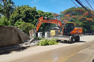 DPWH takes down kilometer-long fence in Boracay
