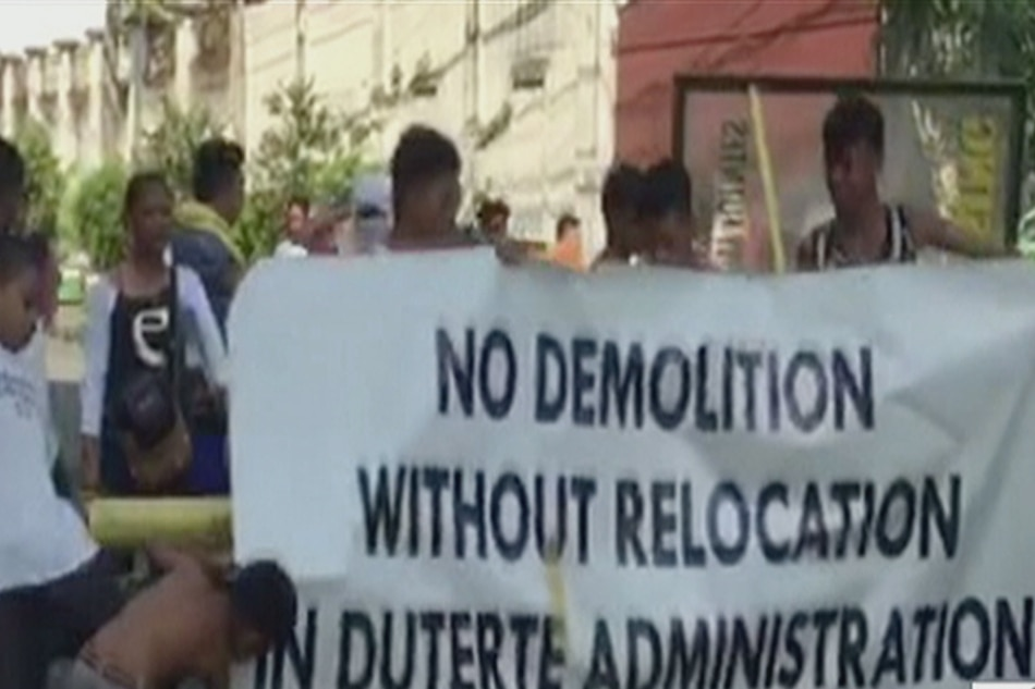Informal settlers use pedicabs, basketball court as barricade vs demolition