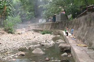 Footbridge hiling ng mga estudyanteng tumatawid sa ilog para makapasok
