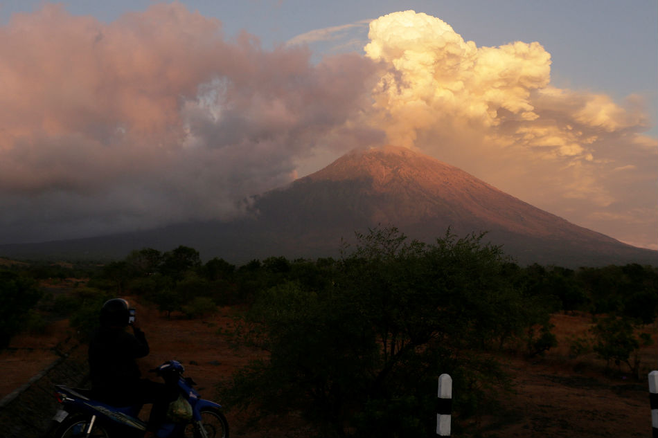 Thousands Of Tourists Stranded As Bali Volcano Erupts Abs Cbn News