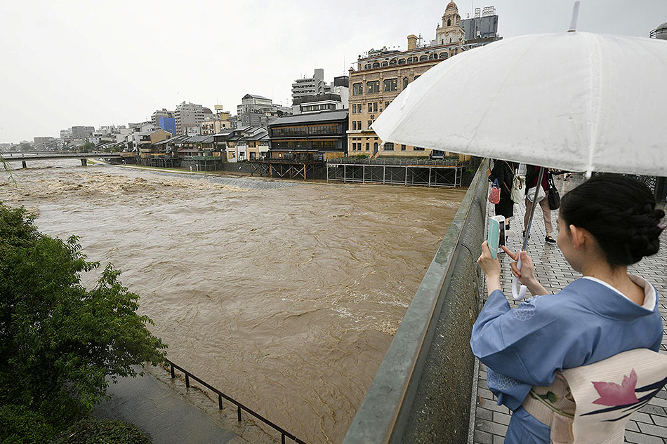 Japan: Floodwaters batter Hiroshima prefecture