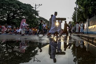 Filipino Muslims in early prayers