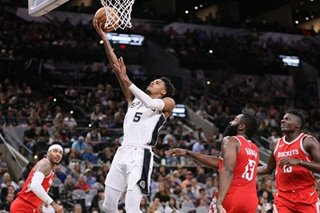 Spurs PG Murray hurts knee, will have MRI