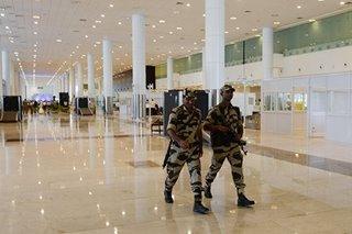 Airport police sa India, pinagbabawas ng pagngiti