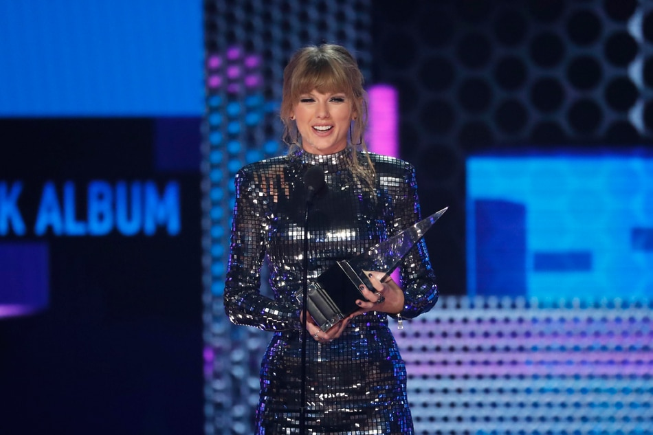 Taylor Swift sets new American Music Award record; urges people to vote