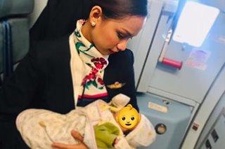 Flight attendant, trending sa pagpapasuso ng sanggol ng pasahero