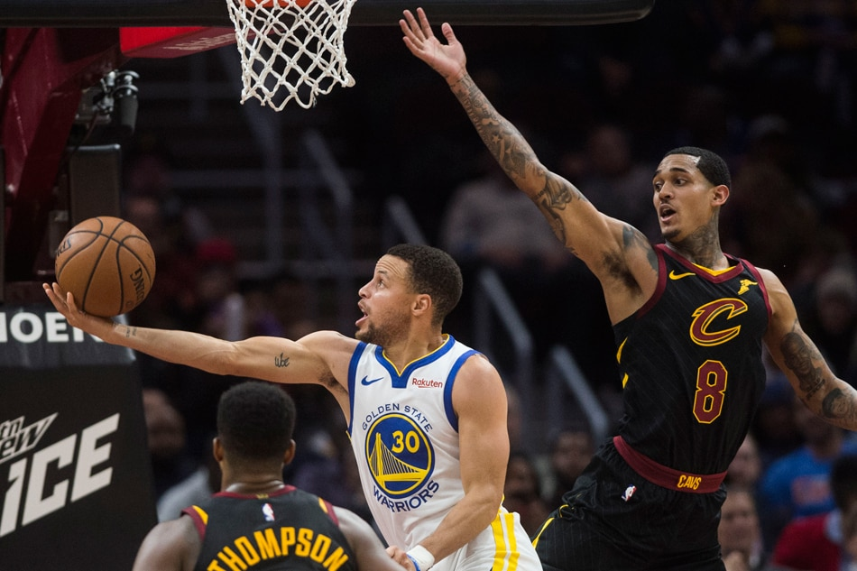 e546572b3 Curry scores 42 as Warriors rout Cavs