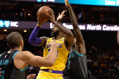 LeBron's triple-double helps Lakers crush Hornets